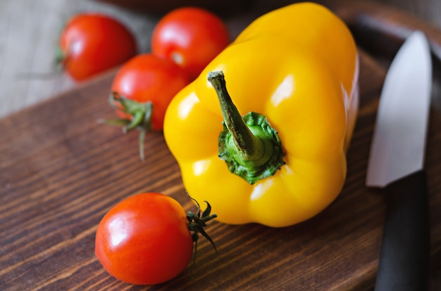 Ingrediente fresco para salada com azeite de oliva.