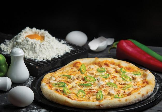 Ingrediente misto pizza assada e pizza fazendo com farinha e ovo