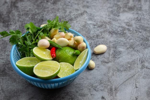 Ingrediente para cozinhar fresco em uma cesta de plástico azul