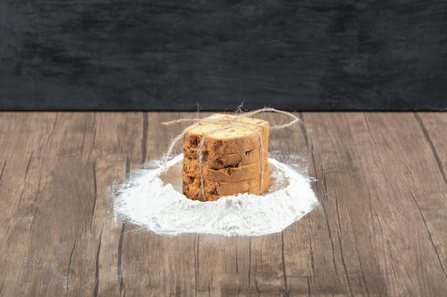 Ingrediente para fazer torta em uma mesa de madeira.