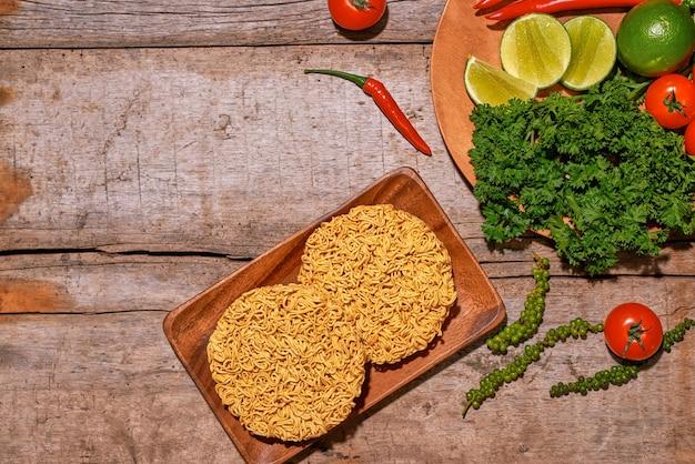 Ingrediente para macarrão instantâneo com ovo, limão, pimenta e erva