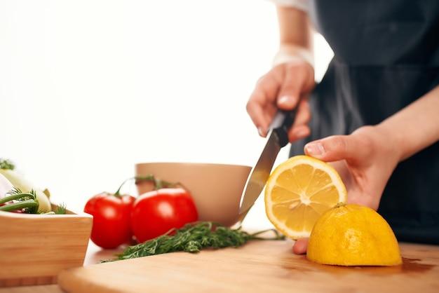 Ingrediente para salada de limão em fatias de tábua de cortar alimentos saudáveis vitaminas