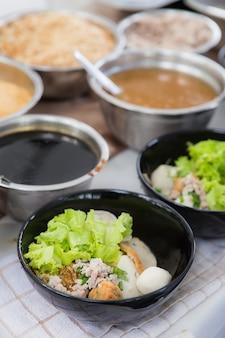 Ingrediente para sopa de macarrão de arroz com legumes e carne