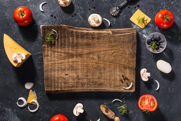 Ingredientes alimentares e especiarias perto de uma tábua