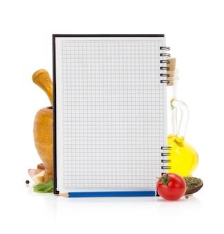 Ingredientes alimentares e livro de receitas em branco