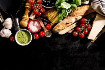 Ingredientes alimentares italianos deliciosos e deliciosos em fundo escuro. Pronto para cozinhar. Conceito de culinária italiana italiana. Toning.