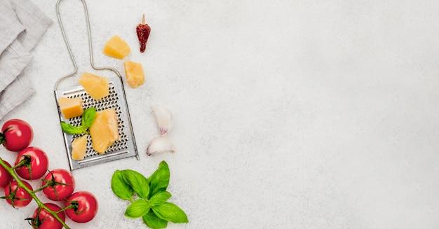 Ingredientes alimentares italianos na mesa com cópia-espaço