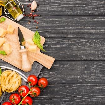 Ingredientes alimentares italianos preparados para cozinhar