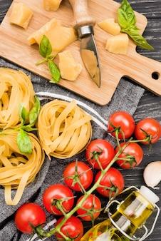 Ingredientes alimentares italianos preparados para serem cozidos