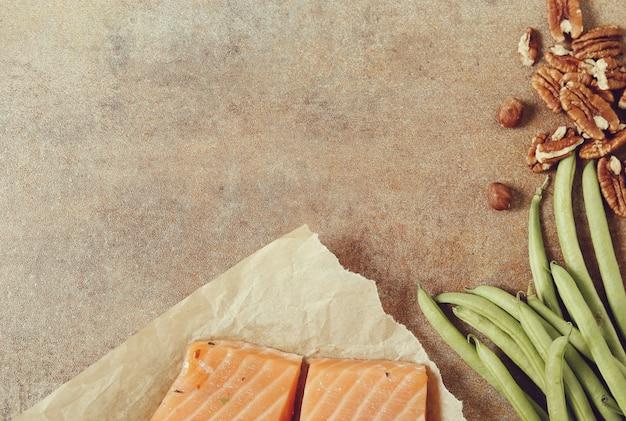 Ingredientes alimentares saudáveis na mesa rústica