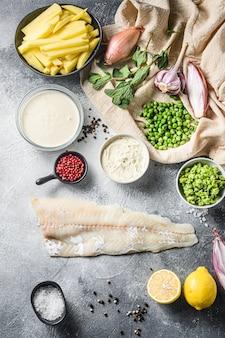 Ingredientes britânicos de peixe e batatas fritas massa de cerveja, batata, molho tártaro, ervilhas moles, limão, chalota, hortelã, alho, sal, pimenta, pimenta, vista superior do bacalhau vertical
