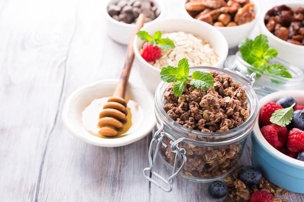 Ingredientes caseiros de granola de chocolate
