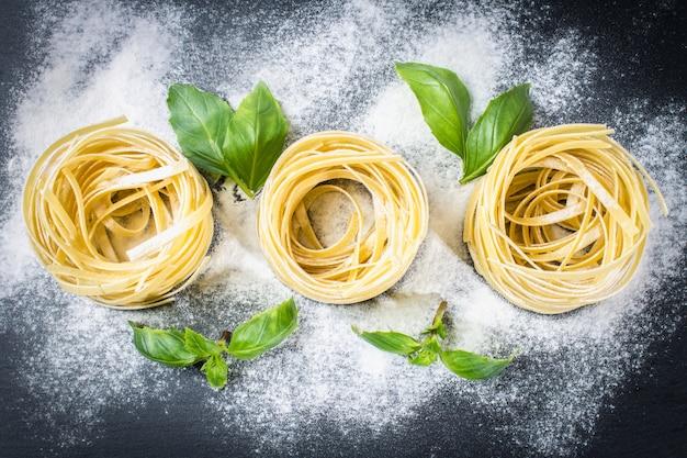 Ingredientes coloridos frescos saborosos para cozinhar macarrão tagliatelle