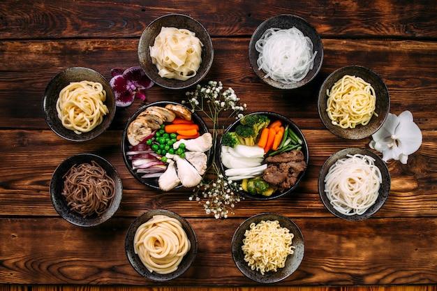 Ingredientes cozinhar macarrão de prato de cozinha coreana