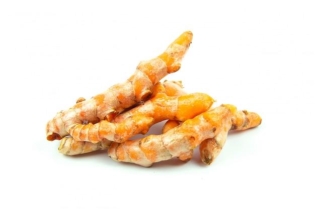 Ingredientes crus de açafrão (curcuma longa linn) para fazer medicamentos fitoterápicos isolados no fundo branco.