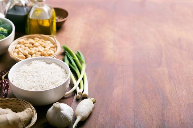 Ingredientes crus de comida chinesa, arroz, alho e óleo