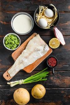 Ingredientes crus de filé de bacalhau orgânico e batatas fritas