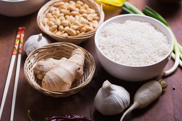 Ingredientes crus, legumes e nozes de comida chinesa