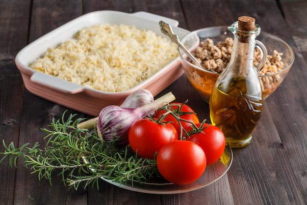 Ingredientes crus na mesa