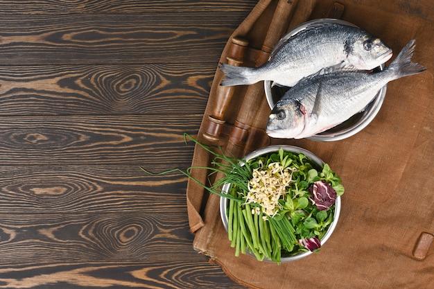 Ingredientes crus naturais para ingredientes de alimentos para animais de estimação saudáveis em bacias individuais em madeira marrom.