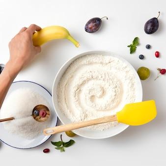 Ingredientes crus para assar torta com frutas vermelhas