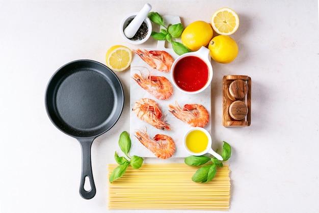 Ingredientes crus para cozinhar: camarão camarão espaguete italiano