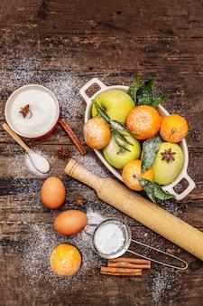 Ingredientes crus para cozinhar cozimento de natal. mesa de madeira vintage