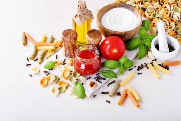 Ingredientes crus para cozinhar: macarrão penne italiano