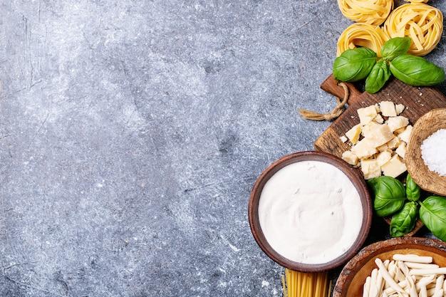 Ingredientes crus para cozinhar macarrão