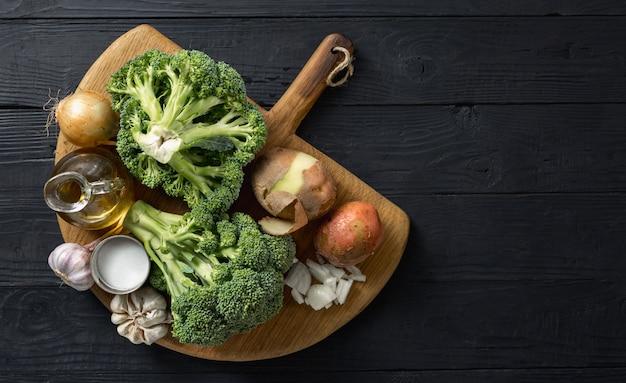 Ingredientes crus para cozinhar sopa de creme de brócolis