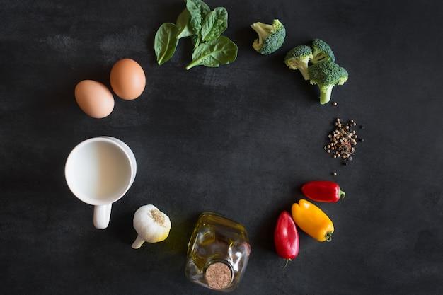 Ingredientes crus para omelete