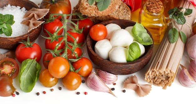 Ingredientes da cozinha italiana em branco close up