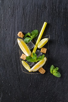 Ingredientes da limonada no fundo de pedra escuro