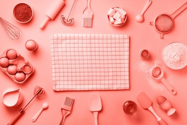 Ingredientes da padaria - manteiga, açúcar, farinha, ovos, óleo, colher, rolo, escova, bata, toalha. vista do topo