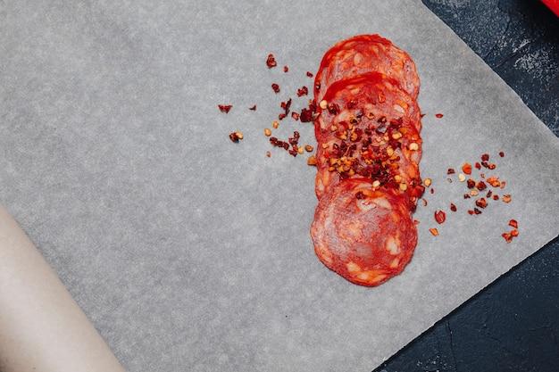Ingredientes da pizza no fundo escuro de concreto, pizza napolitana, conceito de cozinha