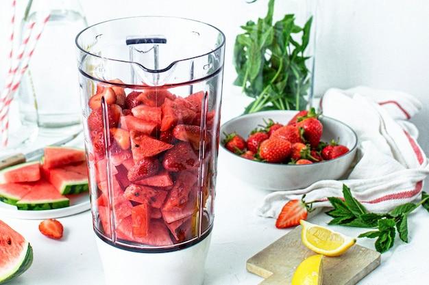 Ingredientes da receita do suco de limonada e melancia com morango