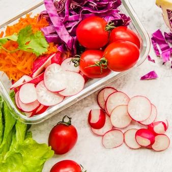 Ingredientes da salada saudável em recipiente de plástico