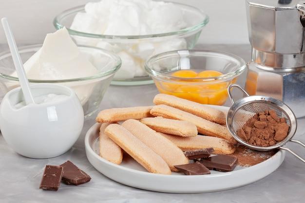 Ingredientes da sobremesa italiana tradicional tiramisu. blog de culinária e conceito de aulas de culinária