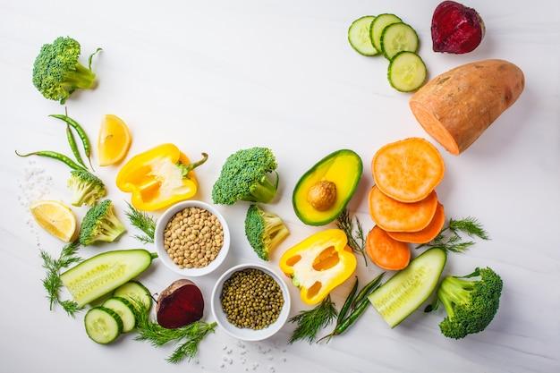 Ingredientes de alimento equilibrados no fundo branco.