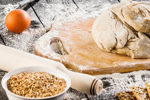 Ingredientes de biscoitos crocantes com farinha na farinha de madeira