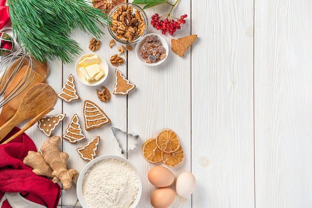 Ingredientes de biscoitos de gengibre e decorações de natal