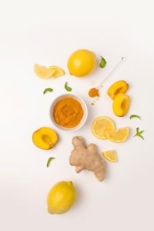 Ingredientes de chá de gengibre com cúrcuma, limão fresco e hortelã