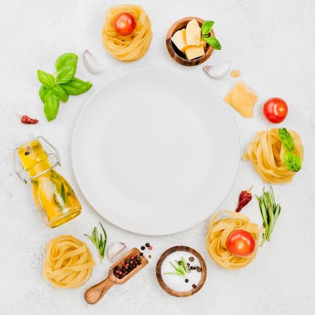Ingredientes de comida italiana com placa