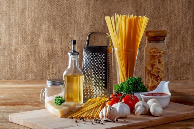 Ingredientes de comida italiana para espaguete