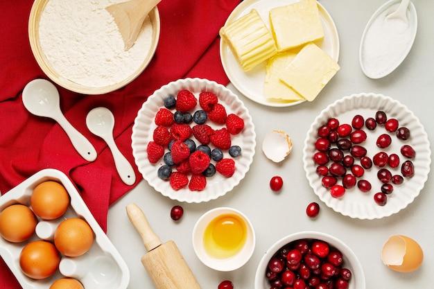 Ingredientes de cozimento em uma mesa branca