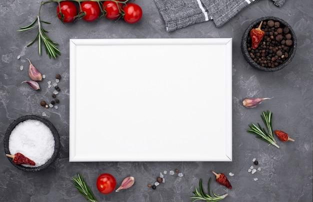 Ingredientes de cozinha com folha de papel em branco