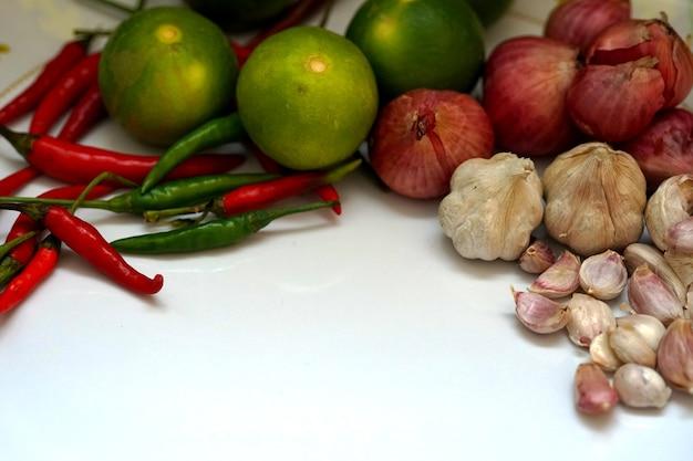Ingredientes de ervas vegetais na comida tailandesa têm alho, cebola roxa, lima, pimentão, fazem uma boa comida