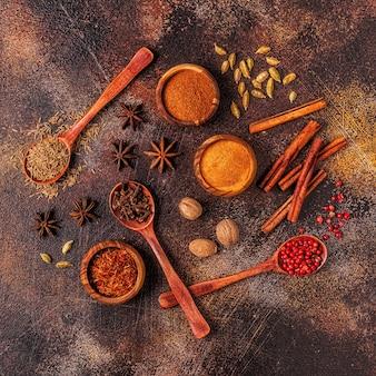 Ingredientes de especiarias para cozinhar. conceito de especiarias. vista do topo.