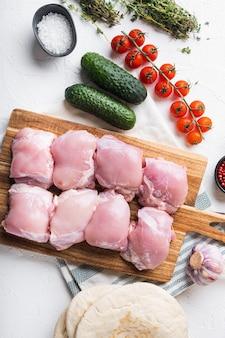 Ingredientes de giroscópios, carne de frango em fundo branco, plana leigos.