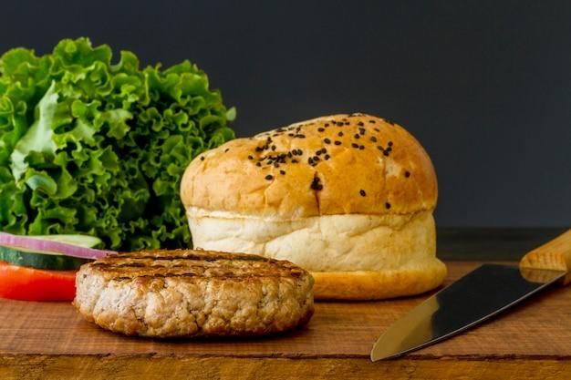 Ingredientes de hambúrguer de alto ângulo